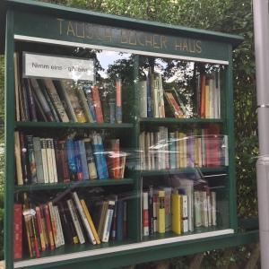 Bücherschrank an der Märchenwiese